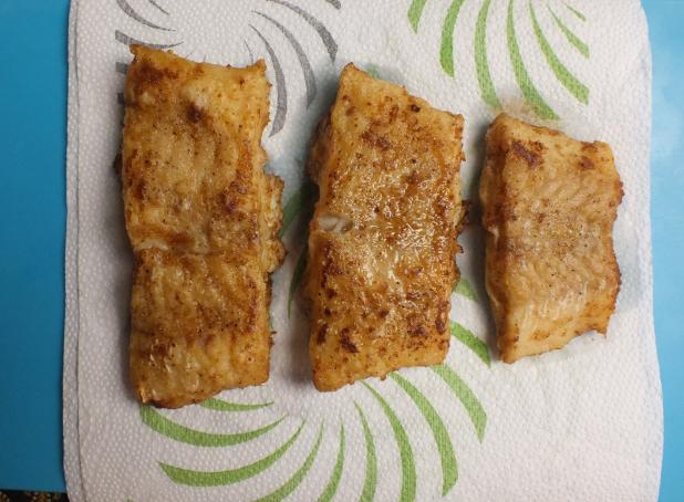 gebakken stukken kabeljauw