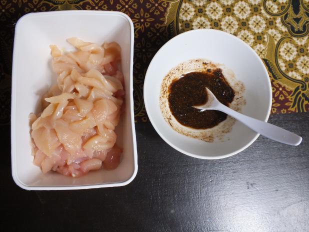 kiep in kleine plakjes met een kommetje marinade voor bami goreng slomo istimewa