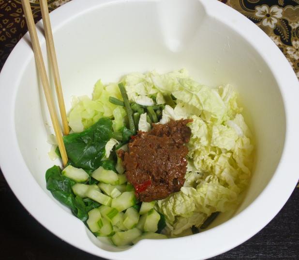 alle groente behalve taugeh in de bak samen met pindasaus